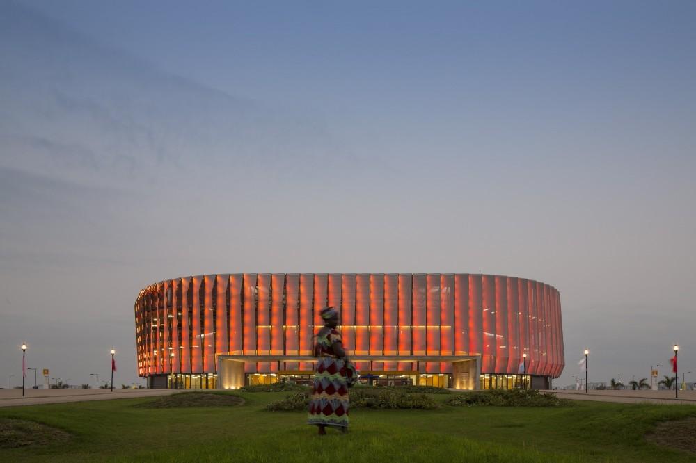 http://ad009cdnb.archdaily.net/wp-content/uploads/2014/10/5451a37de58ece6401000054_luanda-multisports-pavilion-berger-arquitectos__gg_1256-1000x666.jpg