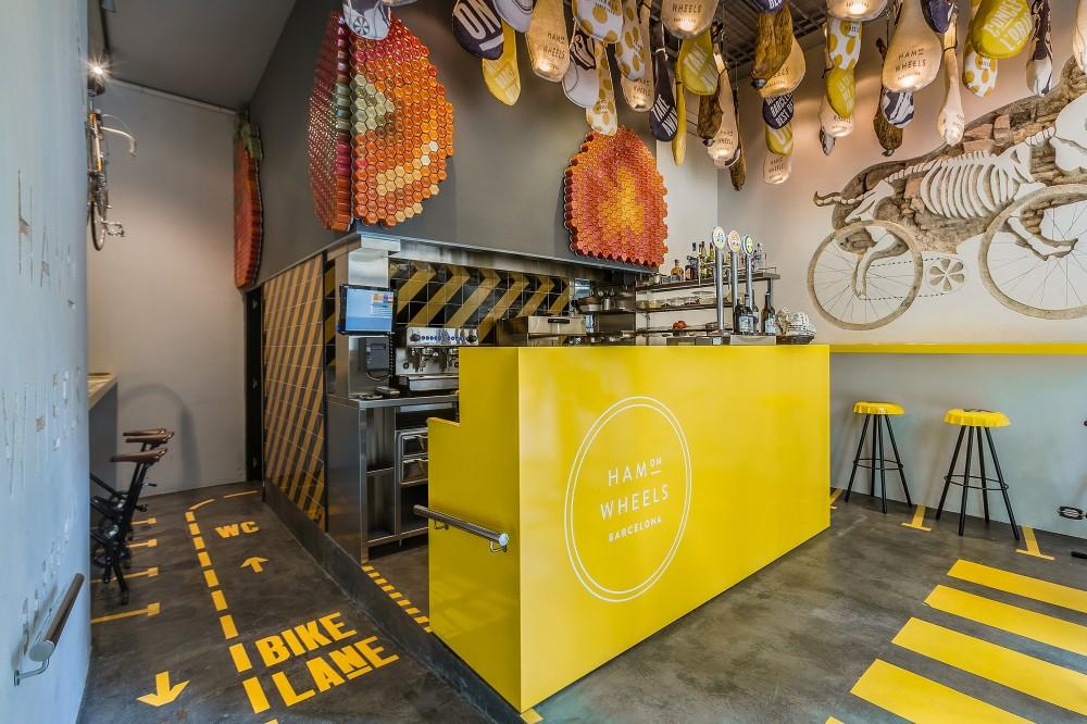 Logomarca de bar tem tico para ciclistas entalhada na for Fachadas de locales de comida rapida